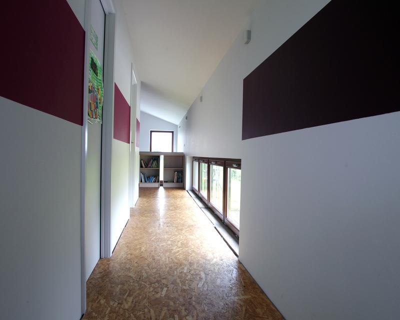 Le couloir de nuit des enfants allie le fonctionnel, la luminosité et l'esthétique