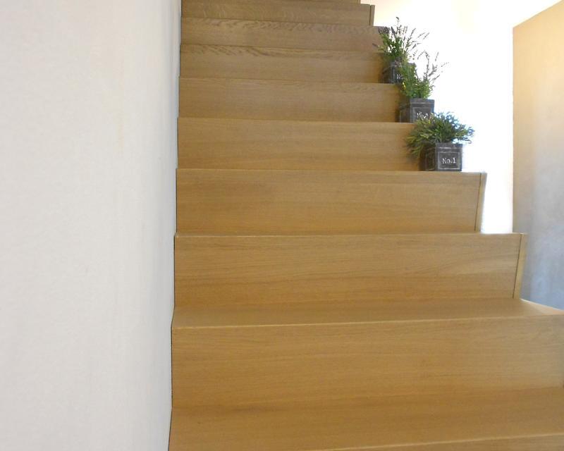 Escalier en bois massif réalisé par un artisan local
