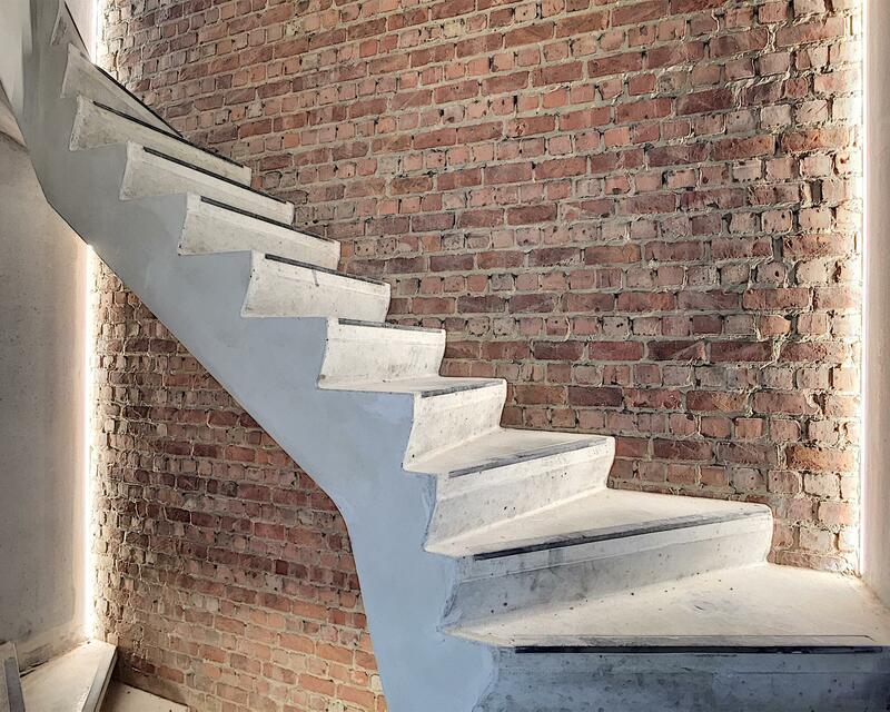 Escalier communs aux matériaux bruts
