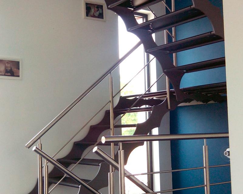 Escalier principal vue rez-de-chaussée