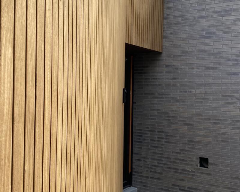 Bardage vertical à recouvrement en Fraké torréfié