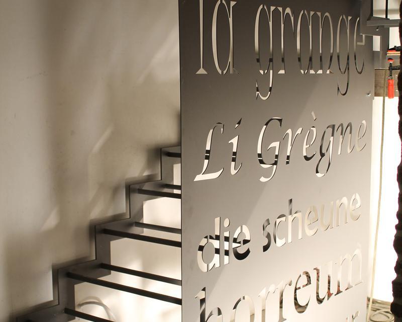 pied de l'escalier principal